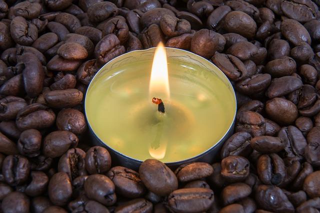 zrnková káva a svíčka