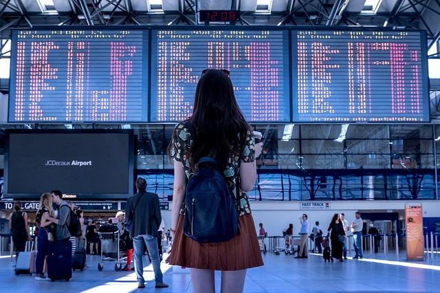 dívka před terminálem